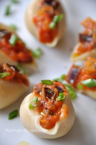 conchiglioni vegetariškai arba idarytos kriaukles su baklazanais ir pomidorais