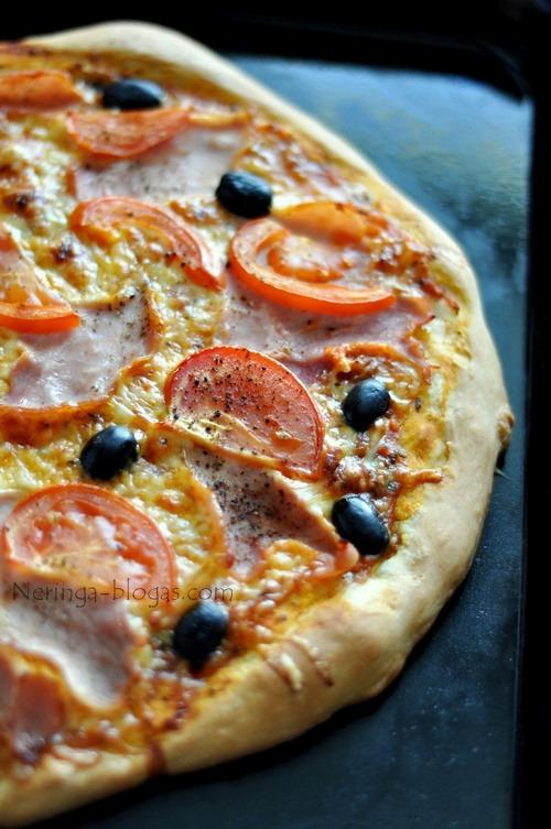 pizza su kumpiu ir alyvuogem