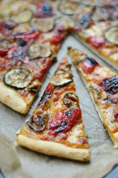 vegetariska pica su keptomis darzovemis