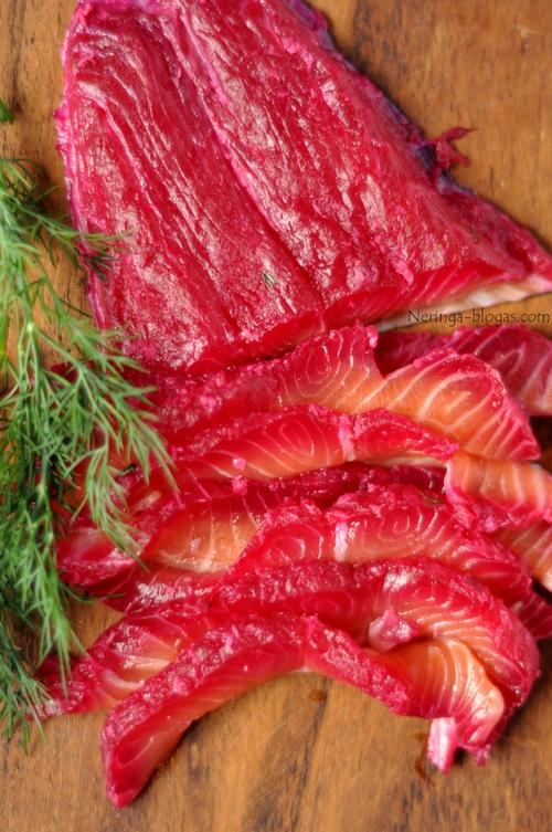 gravlax - lasisa marinuota su burokeliais
