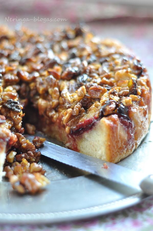 slyvu - varskes - riesutu pyragas