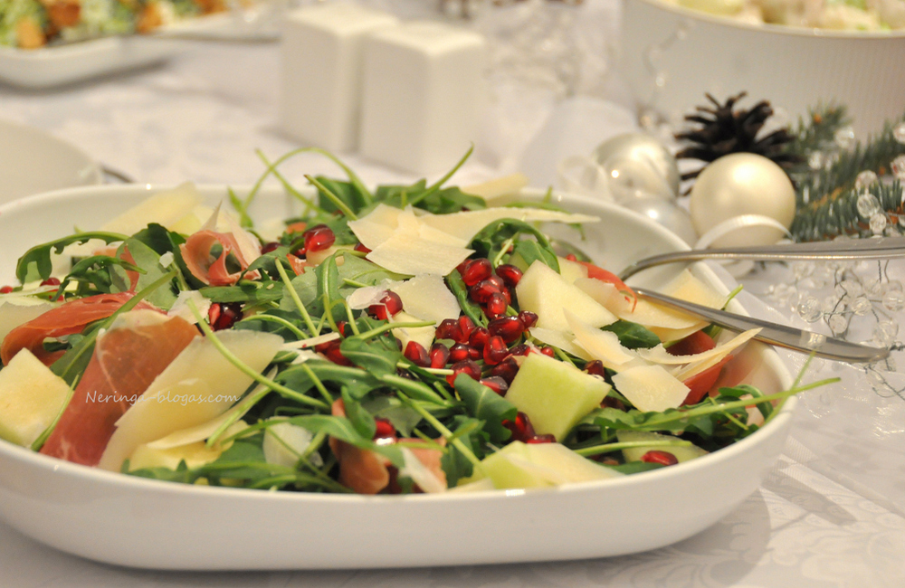 rukolos, meliono, granatu bei kumpio salotos