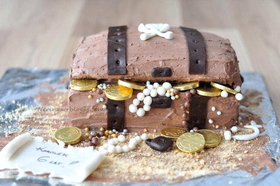 tortas piratu skrynia ir biskvitas