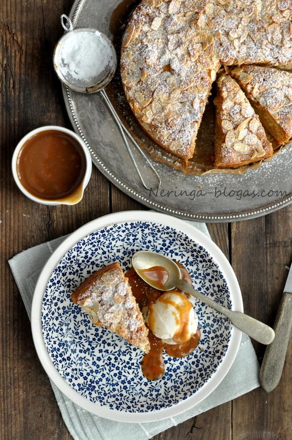 obuoliu pyragas su migdolu plutele bei karameles padazu